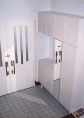 白い内装の家_玄関