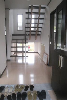 モノトーンで統一したシンプル・モダンな家_階段