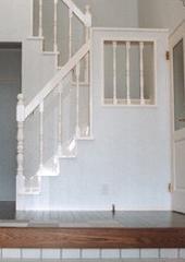 白い内装の家_階段