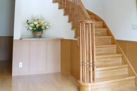 カーブ階段のある家_階段