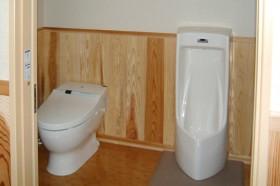 無垢材をふんだんに使った家_トイレ